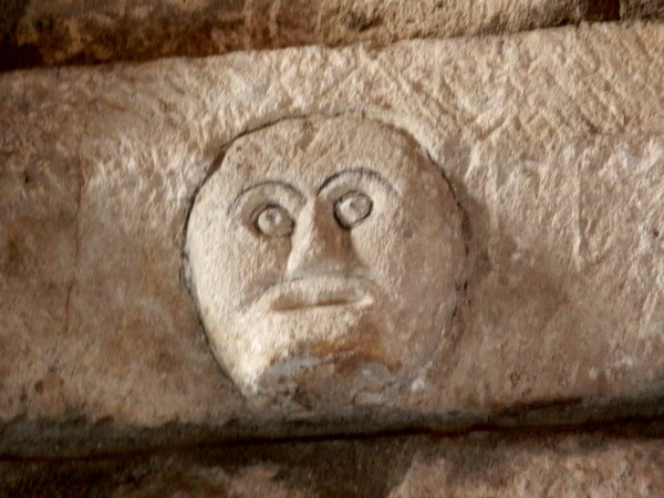 Visage sculpté dans la pierre