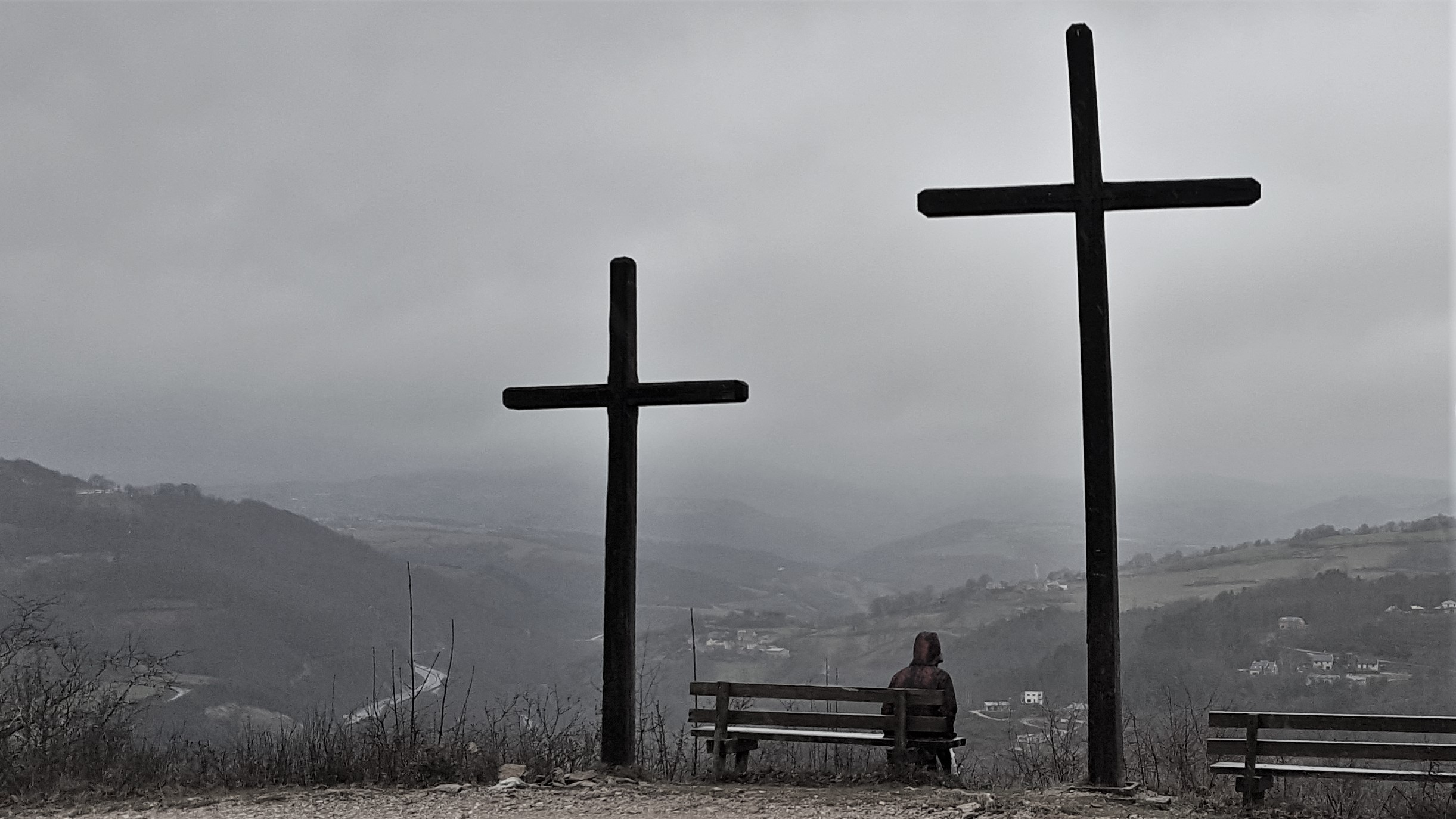 Dans le cadre formé par les croix